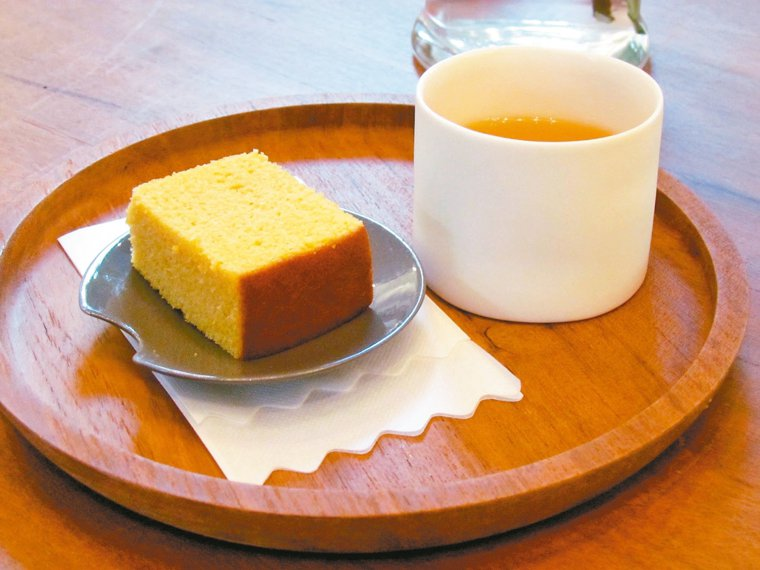 蛋糕配高山茶。 記者張家樂/攝影