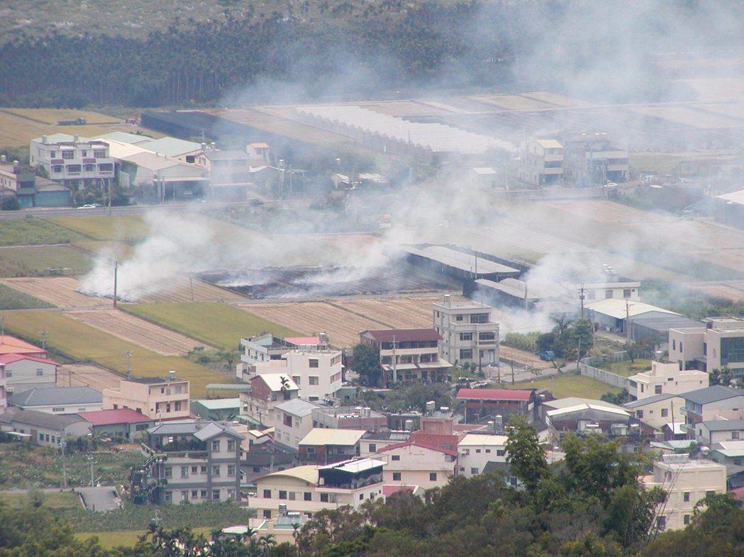 許多稻田焚燒稻草煙霧瀰漫。 報系資料照