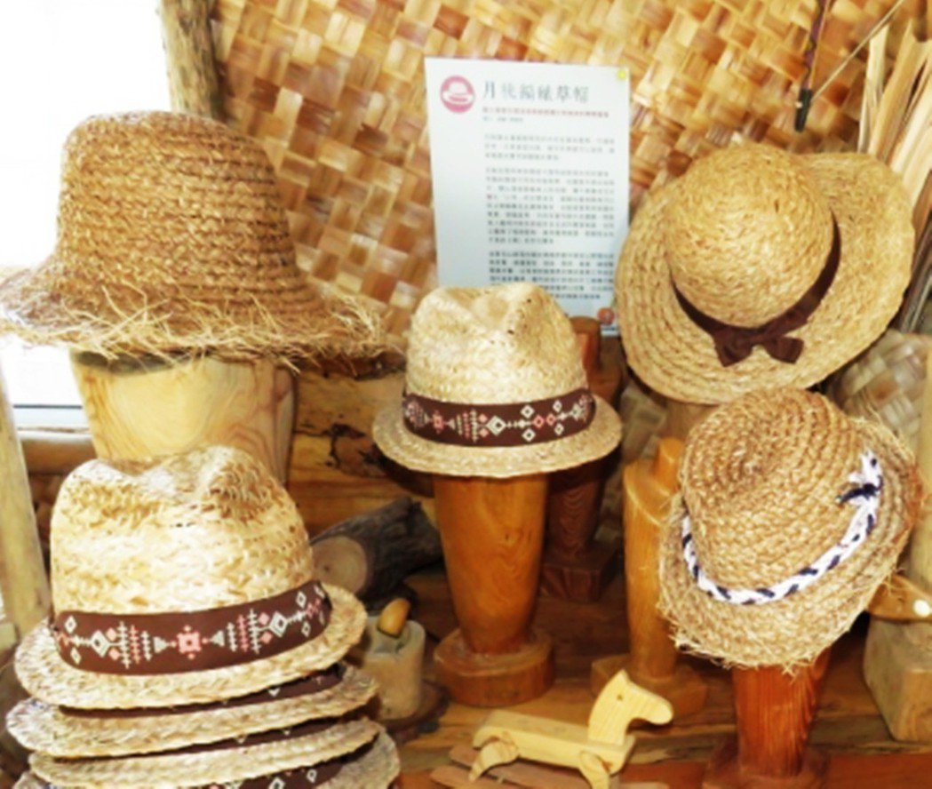 石山部落婦女,以稻草研發編織各式草帽及手作,也紅到日本。 報系資料照
