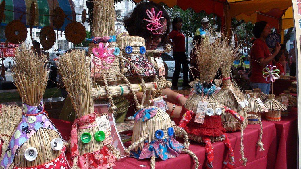 嘉義社區婦女利用回收稻草,製作飾品和生活用器。 報系資料照