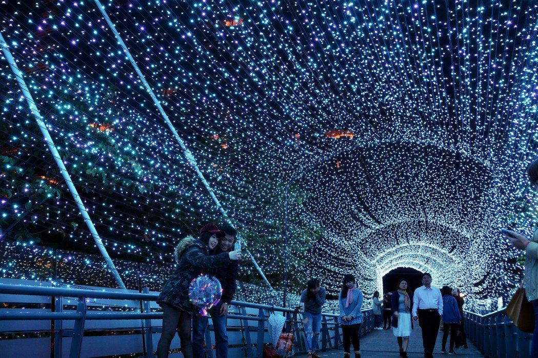 2017新北市歡樂耶誕城將空橋以燈光點綴成浪漫空間,備受民眾歡迎,成為熱門拍照打...