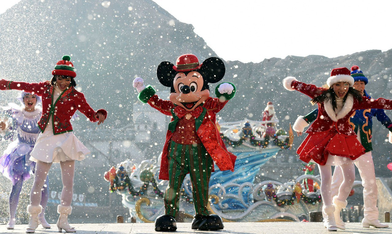 日本東京迪士尼樂園聖誕巡遊活動。圖/新華社