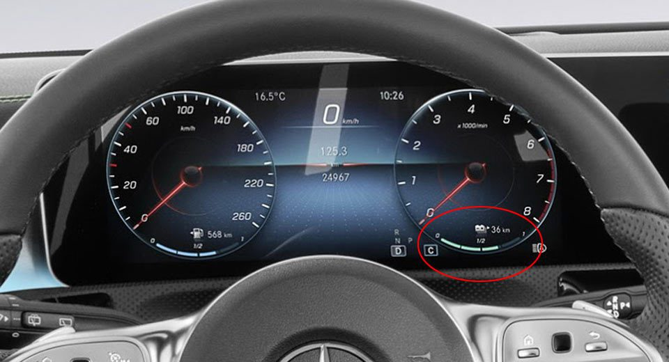 在官方釋出的照片中,可發現 A-Class 的轉數錶下方,有一條帶有電池符號與剩...