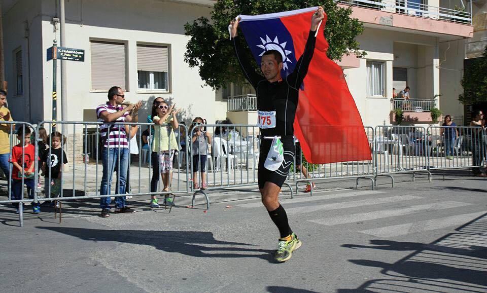 周俊宏自嘲是國內跑過斯巴達超級馬拉松最菜鳥的超馬跑者,抵達終點前早已淚崩。 圖/...