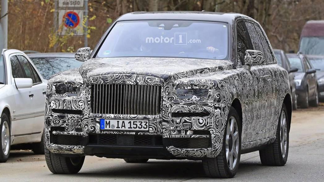 Rolls-Royce近日不斷積極測試品牌旗下首款SUV休旅車,可以想見離上市日期不遠了。 圖片來源:Motor1.com