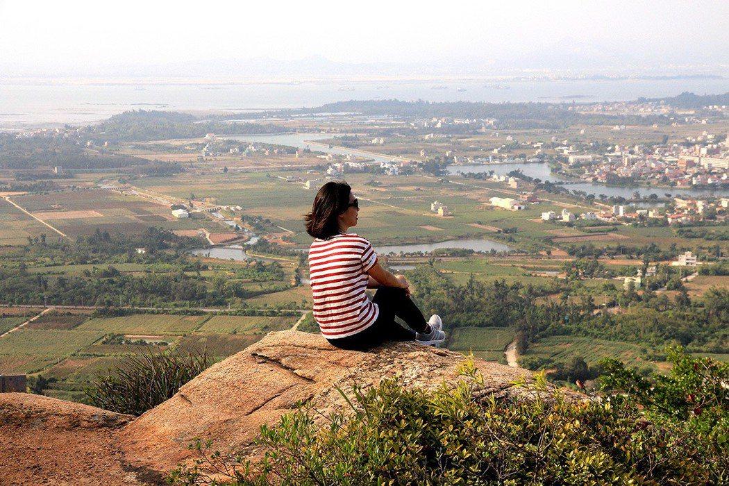 蔡厝登山古道沿途巨石遍布,成為天然賞景平台。