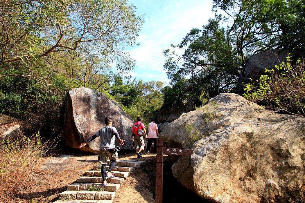 以石階堆砌而成的百二階步道,鼓勵大家多爬山就可以長命百歲「呷百二」。