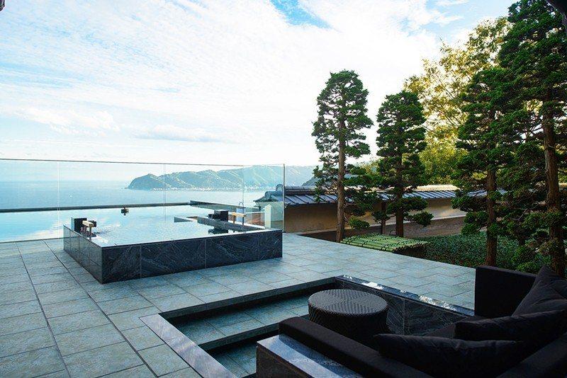 浸泡在露天浴池,享受海天一色的奢華體驗。
