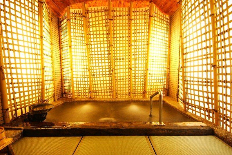 「竹葉の湯」使用竹子製成的格牆面和特殊材質的榻榻米地板,空間明亮且通風度極佳。