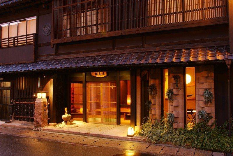 3層樓的町家建築,使用泥土牆、古木、竹炭等材料打造而成。