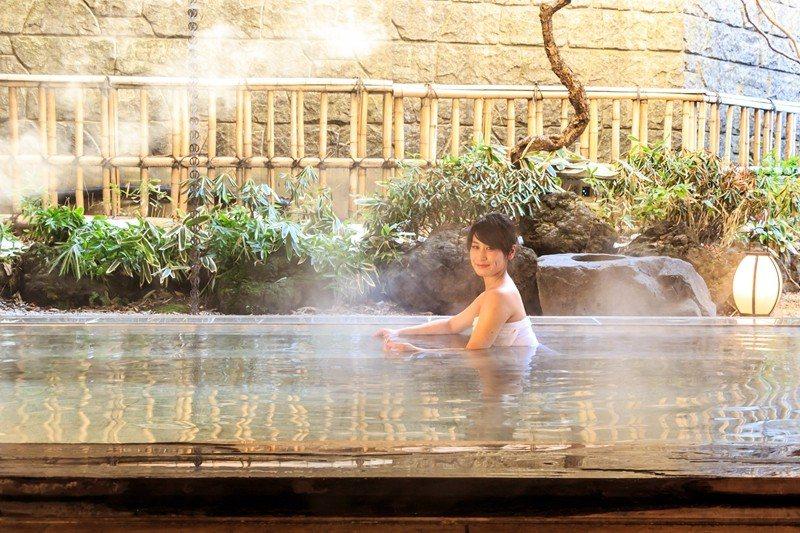 使用大量檜木打造而成的露天浴池「玉伊吹之湯」。