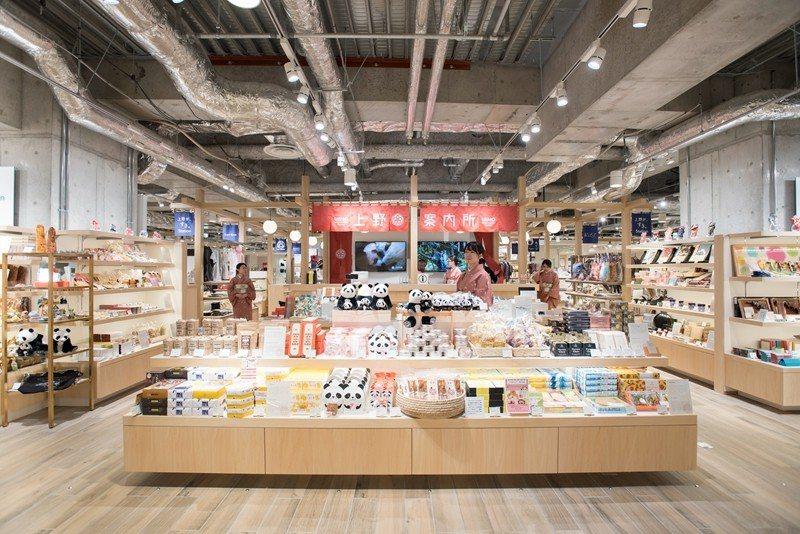 地下1樓的松阪屋上野店,以文藝時尚的風格全新翻修,販售各種上野限定的可愛小物等。