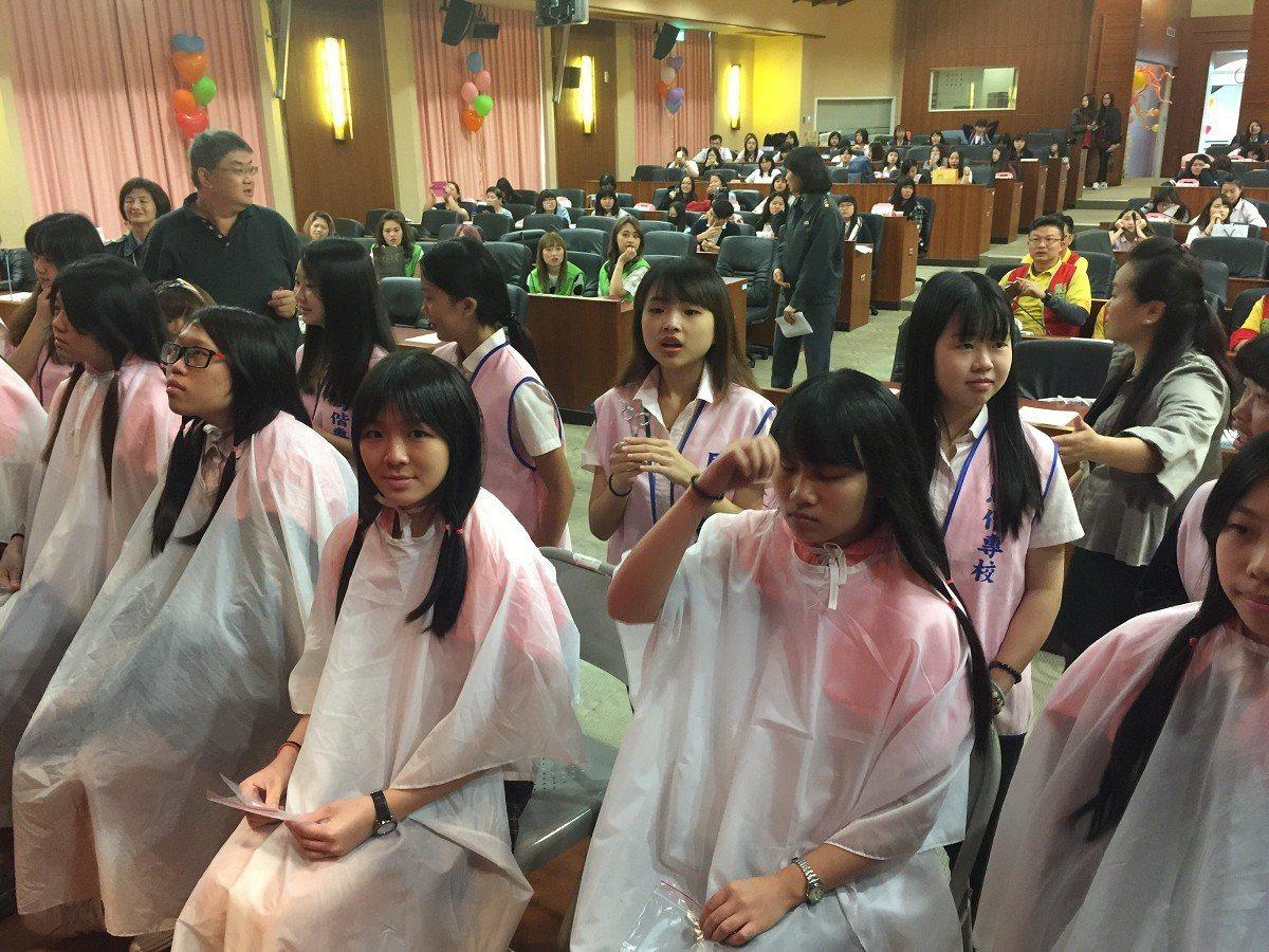 馬偕醫護專科學校捐髮助癌病友的活動,今年有120位的學生加入,其中還有一位是男同...