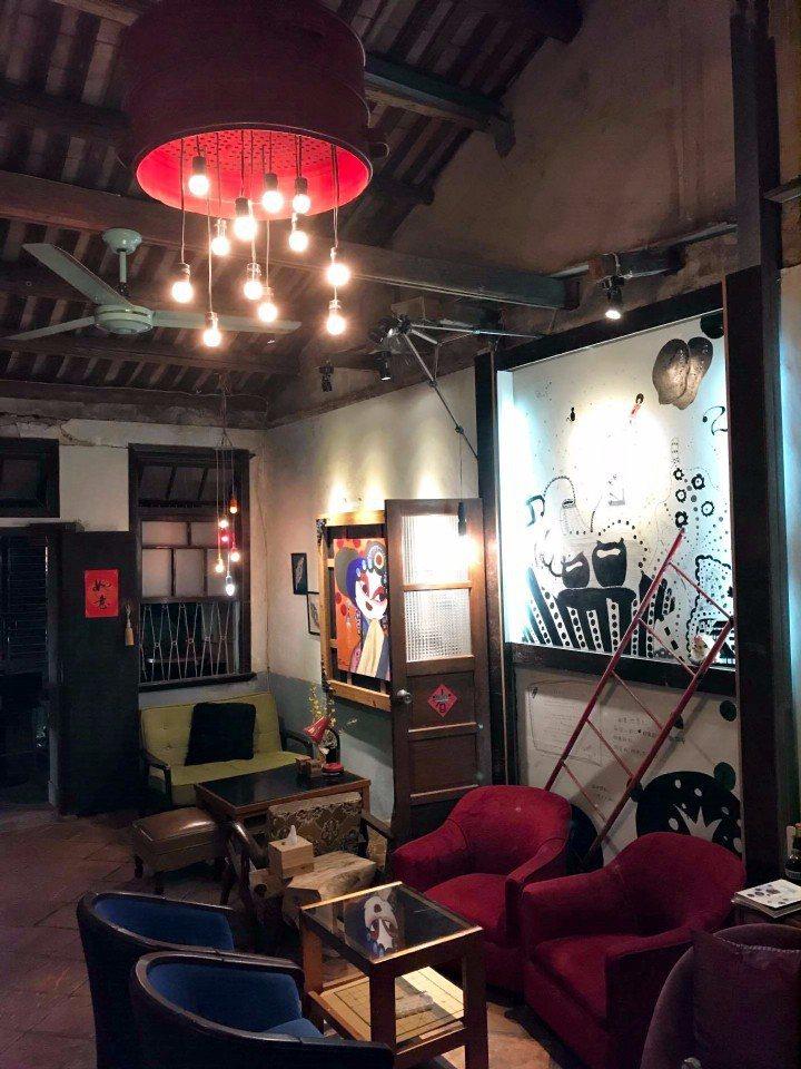蒸籠改造成的吊燈,深受德國企業家喜愛,但九哥希望蒸籠能留在它原來的家。(攝影/林...