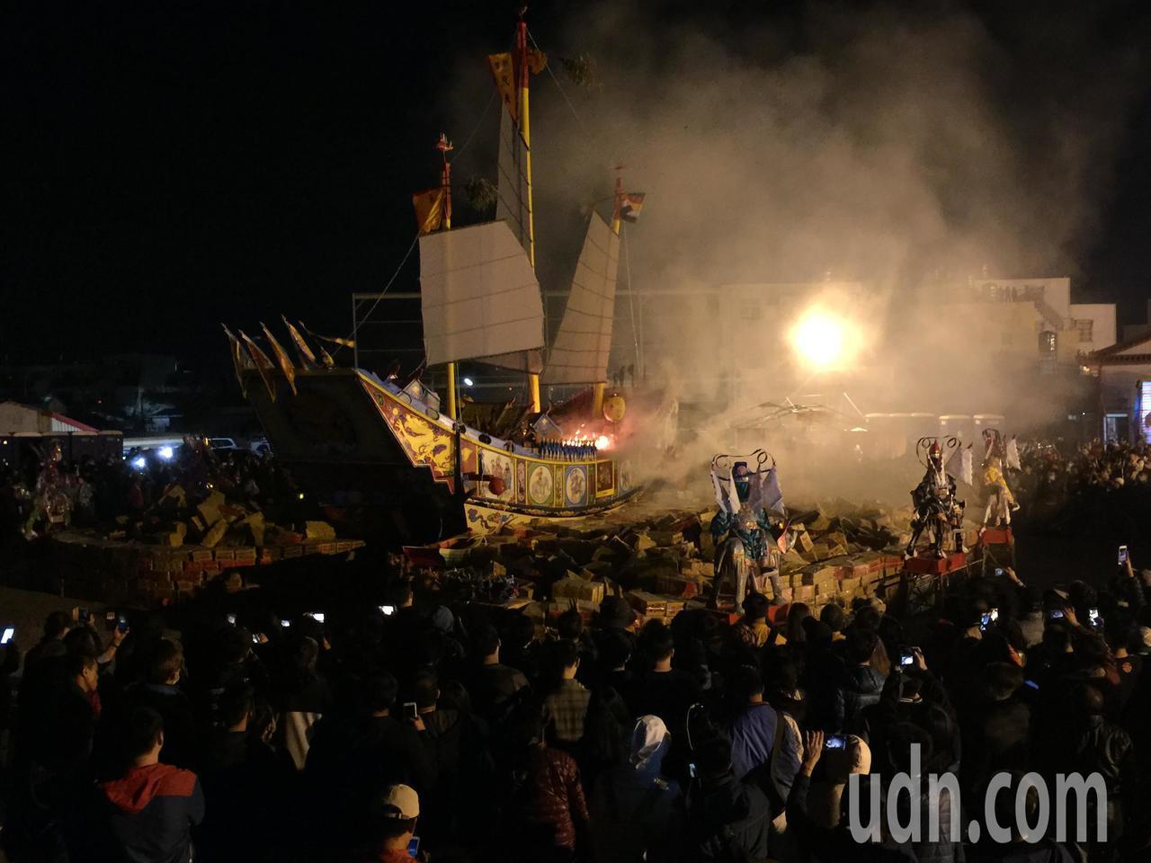凌晨2點40分開始燒王船。記者吳政修/攝影