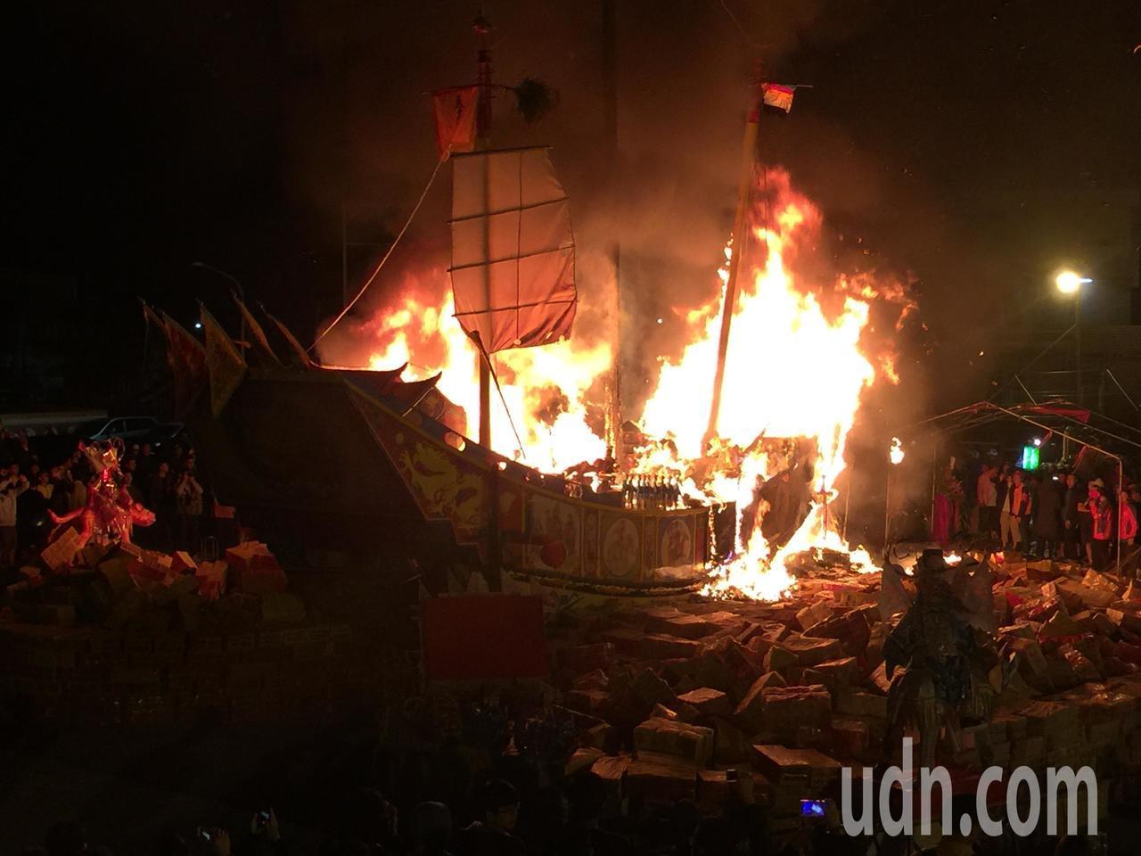 燒王船的火勢越燒越大。記者吳政修/攝影