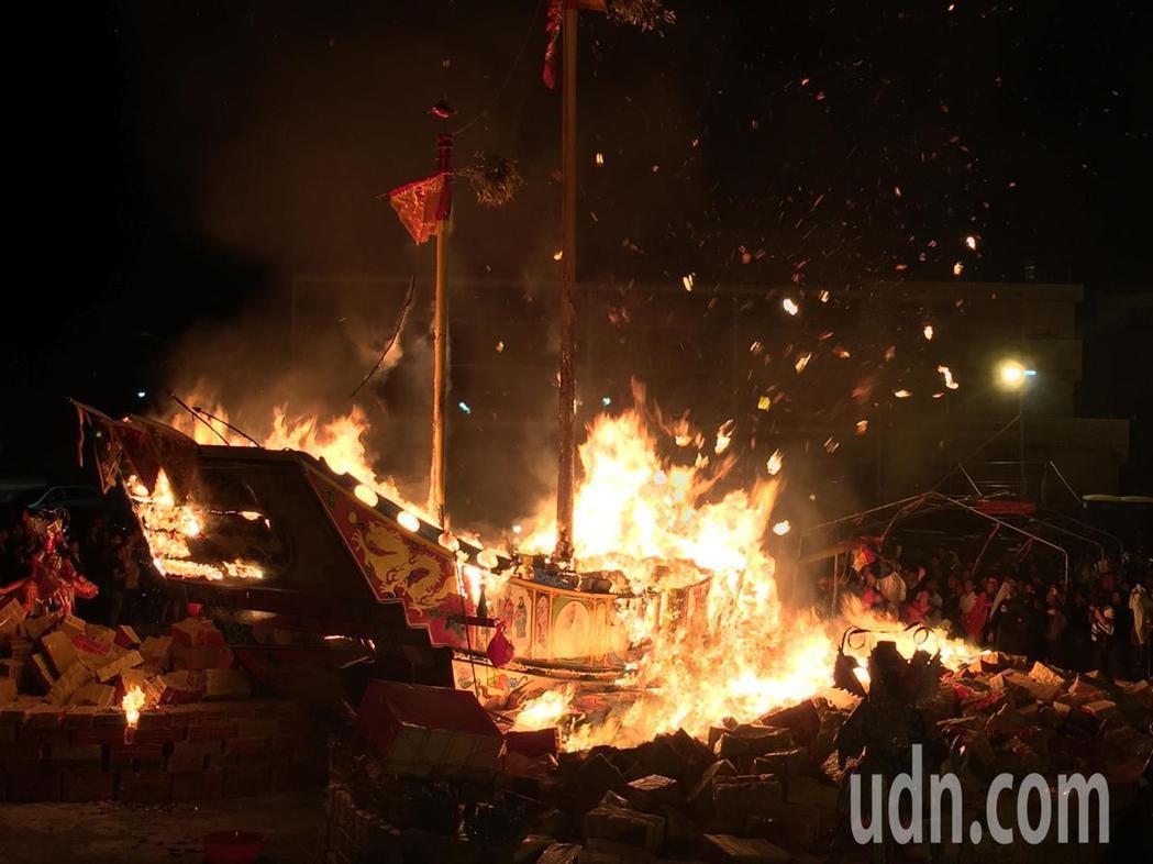 燒王船發出許多火花。記者吳政修/攝影