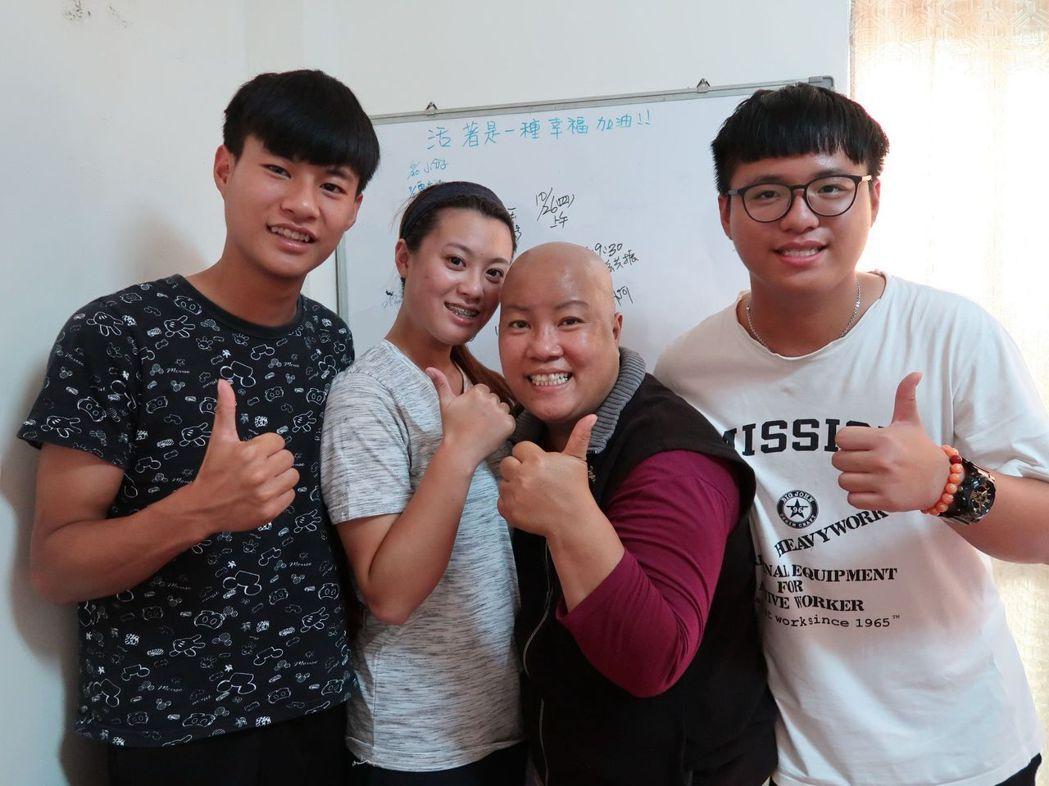 癌末的陳錦珠(右二)樂觀面對生活,她總是告訴孩子,「活著就是一種幸福,要加油」。...
