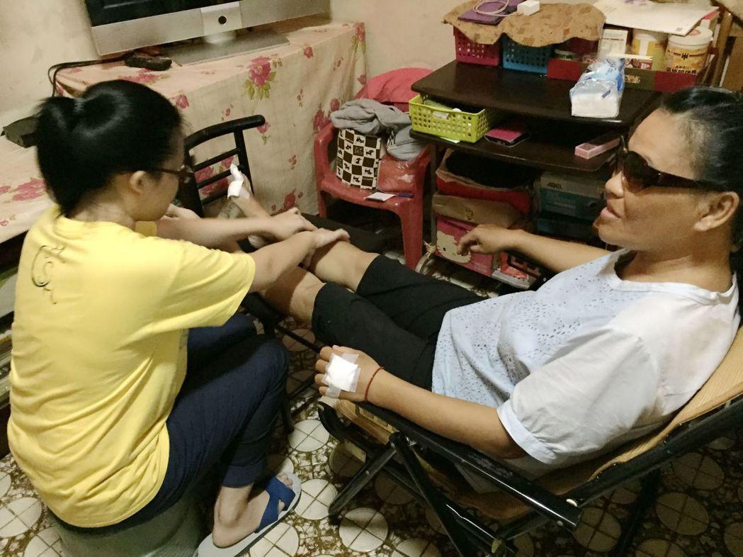 經歷家變、天災及疾病纏身的蘇玉昭(右),仍奮力把兒女教養得很好。記者王昭月/翻攝