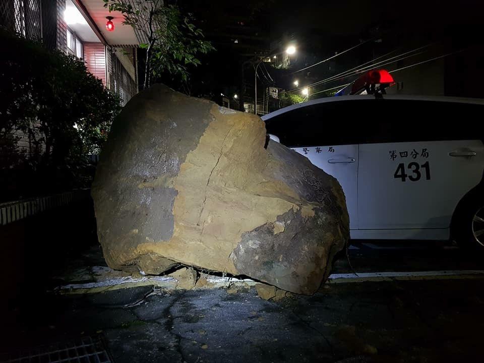 基隆市今天凌晨再傳巨石坍方。圖/俞叄發議員提供