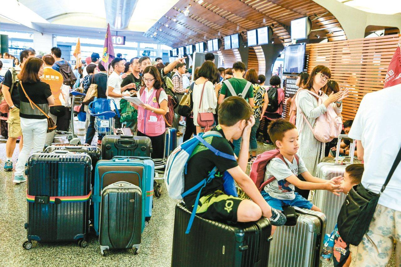 桃園機場經常大排長龍。聯合報系資料照