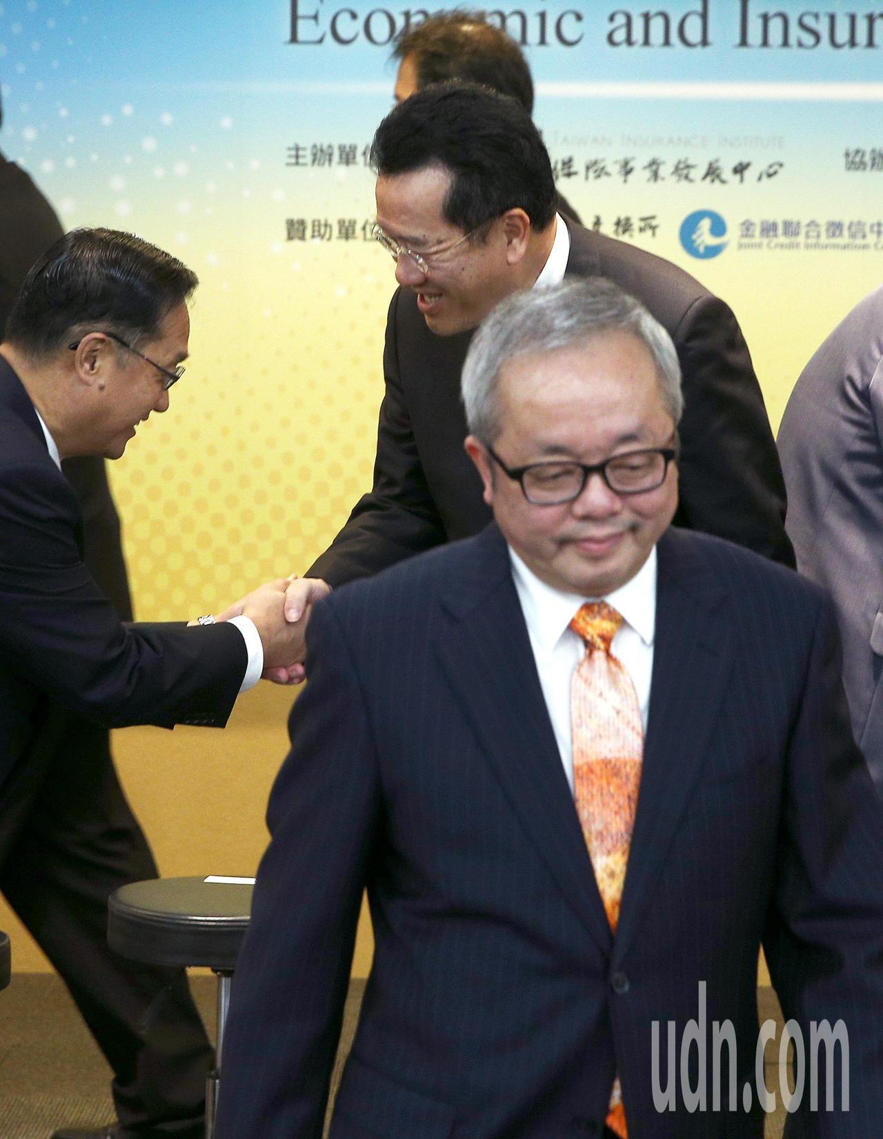 行政院副院長施俊吉(右前)與金管會主委顧立雄(右後)日前針對38家本國銀行是否家...