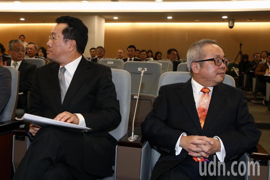 行政院副院長施俊吉(右)與金管會主委顧立雄(左)日前針對38家本國銀行是否家數過...