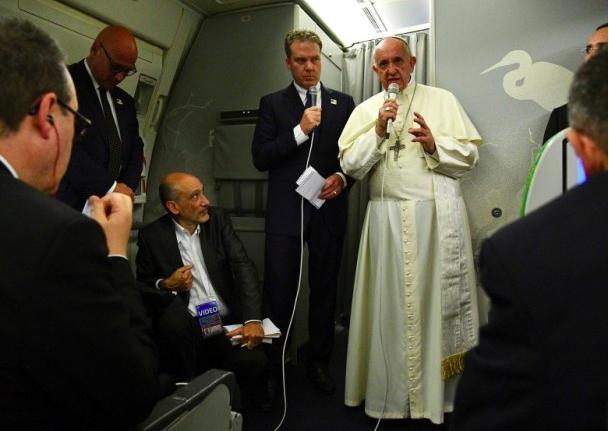 教宗方濟各結束訪問孟加拉的行程後,在機上回答記者提問。圖/美聯社
