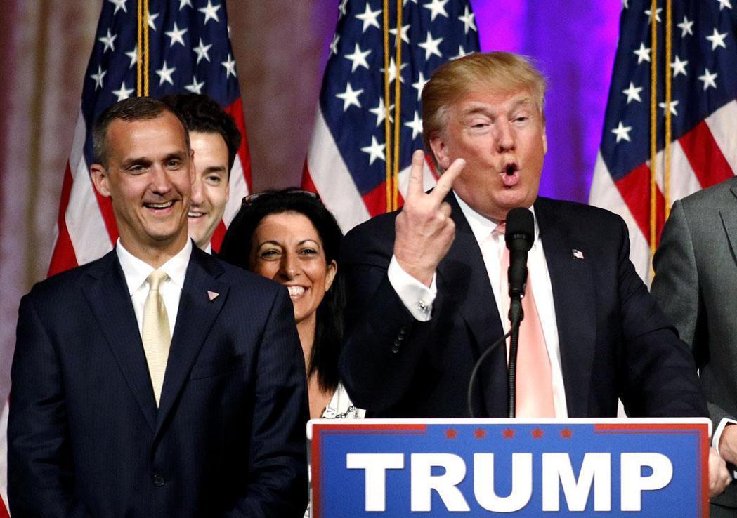川普的前競選總幹事李萬度斯基(左)出書爆料,川普脾氣火爆,對幕僚大呼小叫 。路透
