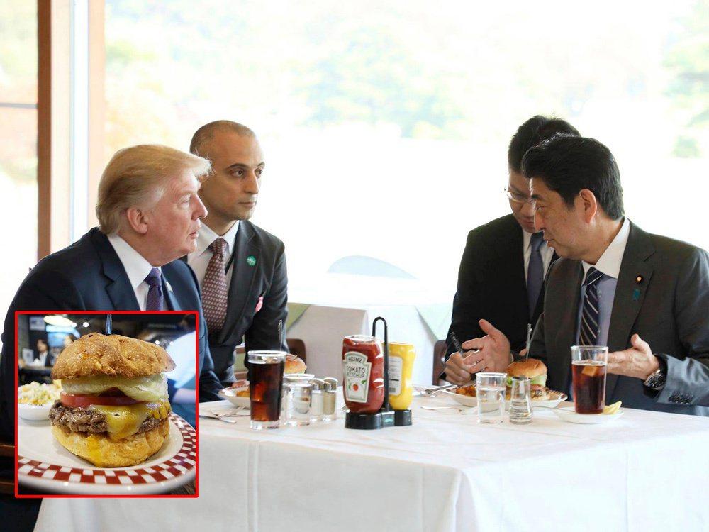川普11月訪問日本,抵達第一天就和日本首相安倍晉三(右)大啖牛排肉漢堡。取自安倍...