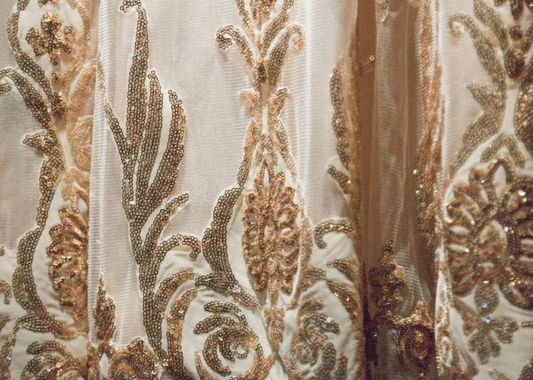 奢華復古玫瑰金蕾絲魚尾晚禮服利用立體剪裁技巧,刻劃幾何複古亮片蕾絲,勾勒出美麗圖...