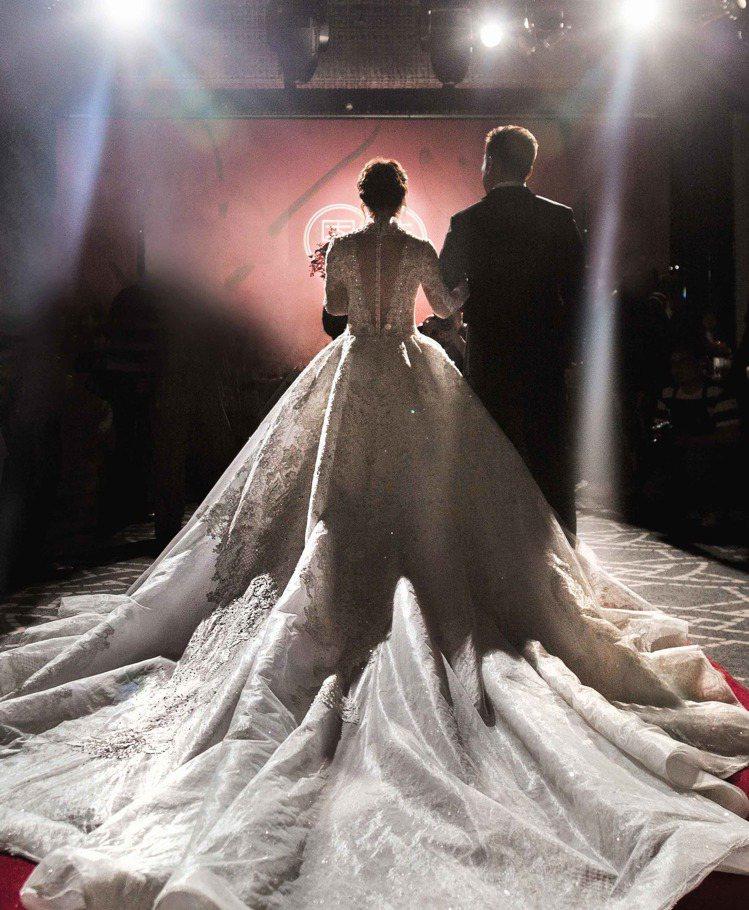 巴洛克式手工復古白紗襯出Vanessa浪漫華美。圖/蘇菲雅SophiaRitz提...