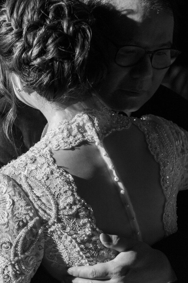 蘇菲雅SophiaRitz將量身訂製巴洛克式手工復古白紗立領線條延伸至胸前深V領...