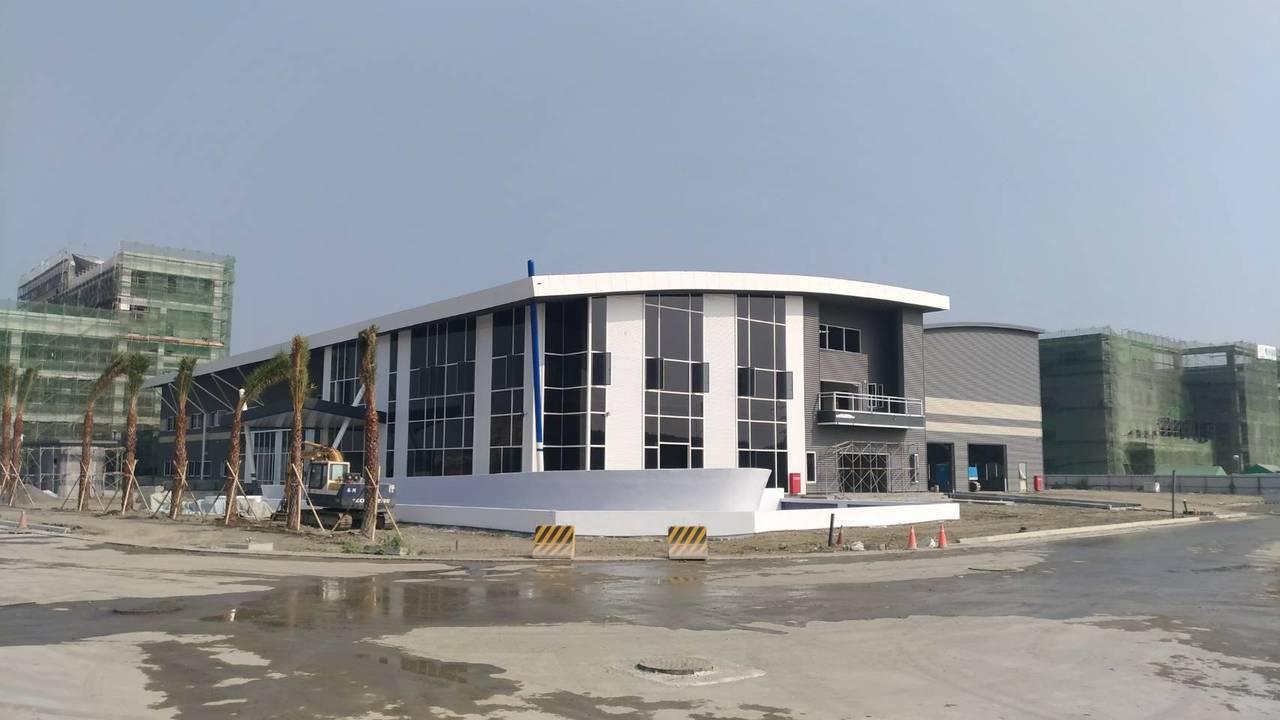 白色建築物是位於大發基地中即將完工的 梵達海洋公司(生產遊艇零件), 明年上半年...