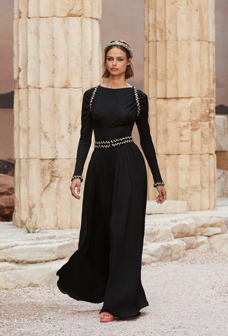 歐陽娜娜穿的香奈兒Cruise 2017/18度假系列黑色禮服。圖/香奈兒提供