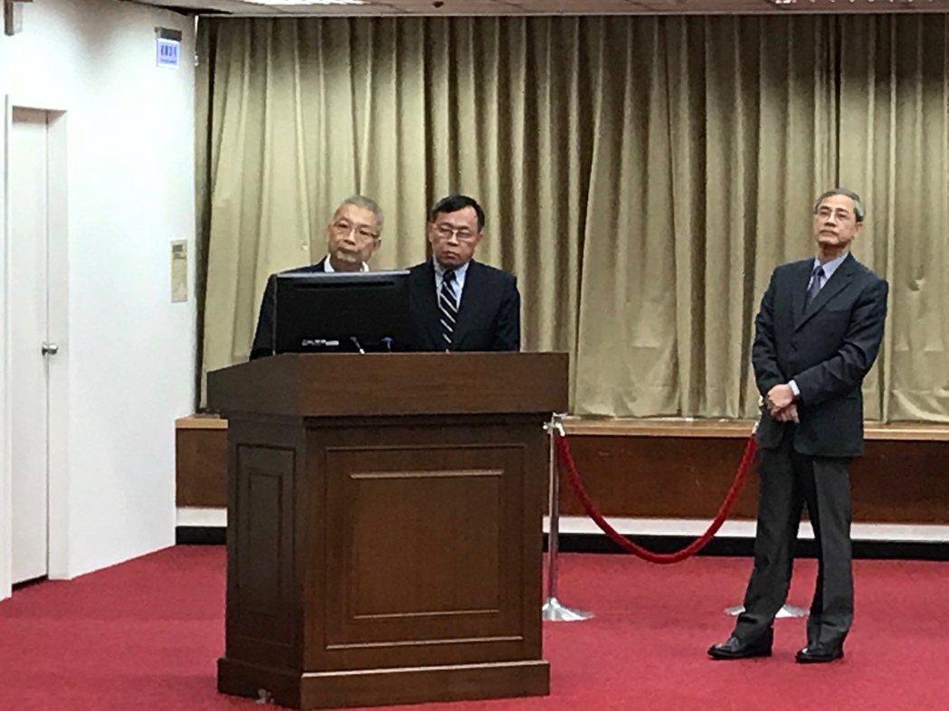 台灣金董事長呂桔誠(中)說,台銀人壽若能順利增資,不僅資本適足率(RBC)將回升...