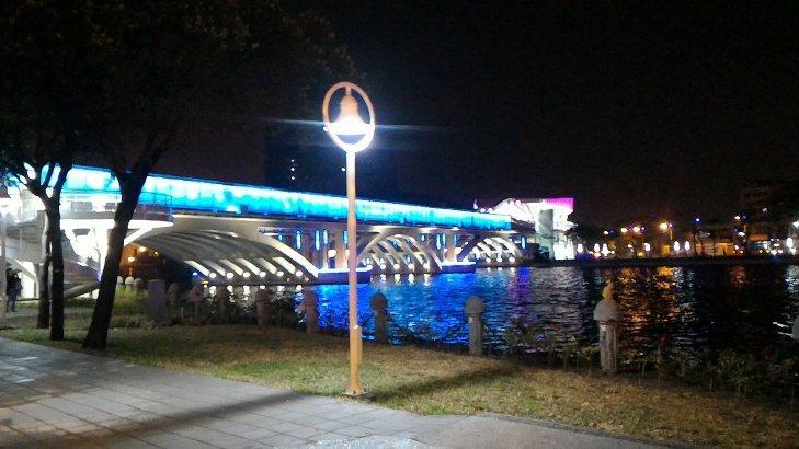 舊鐵橋重返昔日風貌,軌跡再現,入夜後,這裡成了欣賞愛河最美的駐點。記者謝梅芬/翻...