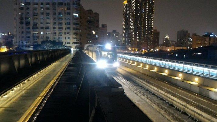 開通後搶先登上舊鐵橋上的陳姓遊客說,透過站在美麗的鐵軌光廊,迎接輕軌列車緩緩進站...