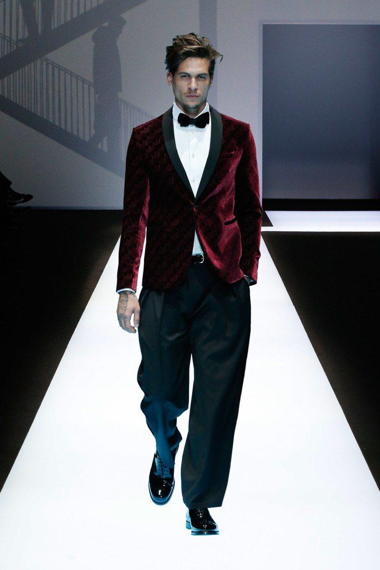 Emporio Armani紅色絲絨西裝上衣,約43,000元。圖/Empori...