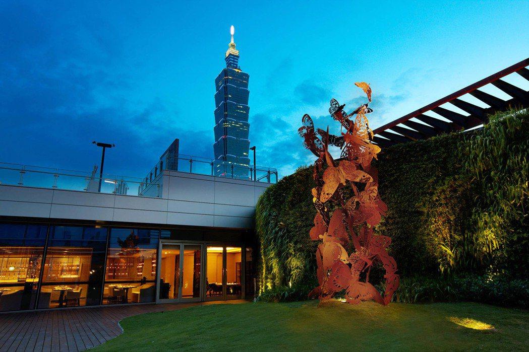 寒舍艾麗酒店La Farfalla義式餐廳一旁空中花園可直接欣賞到台北101煙火...