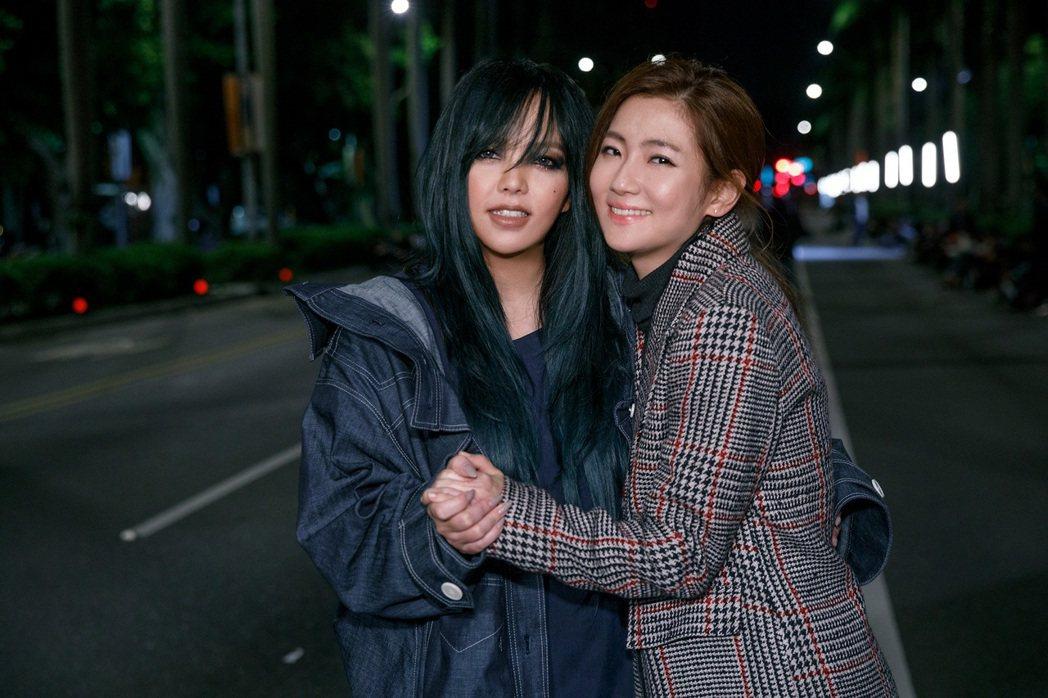 張惠妹(左)新歌MV找Selina跨刀演出。圖/EMI環球提供