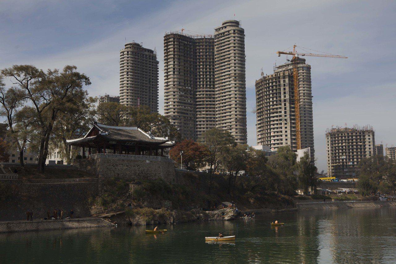 2011年平壤河畔幾棟興建中的大樓。美聯社