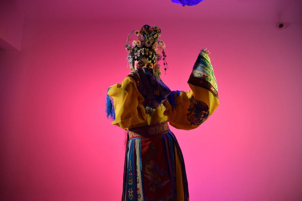 蔡恩雨新歌「大紅花的秘密」京劇扮相吸引觀眾。圖/WebTVAsia提供