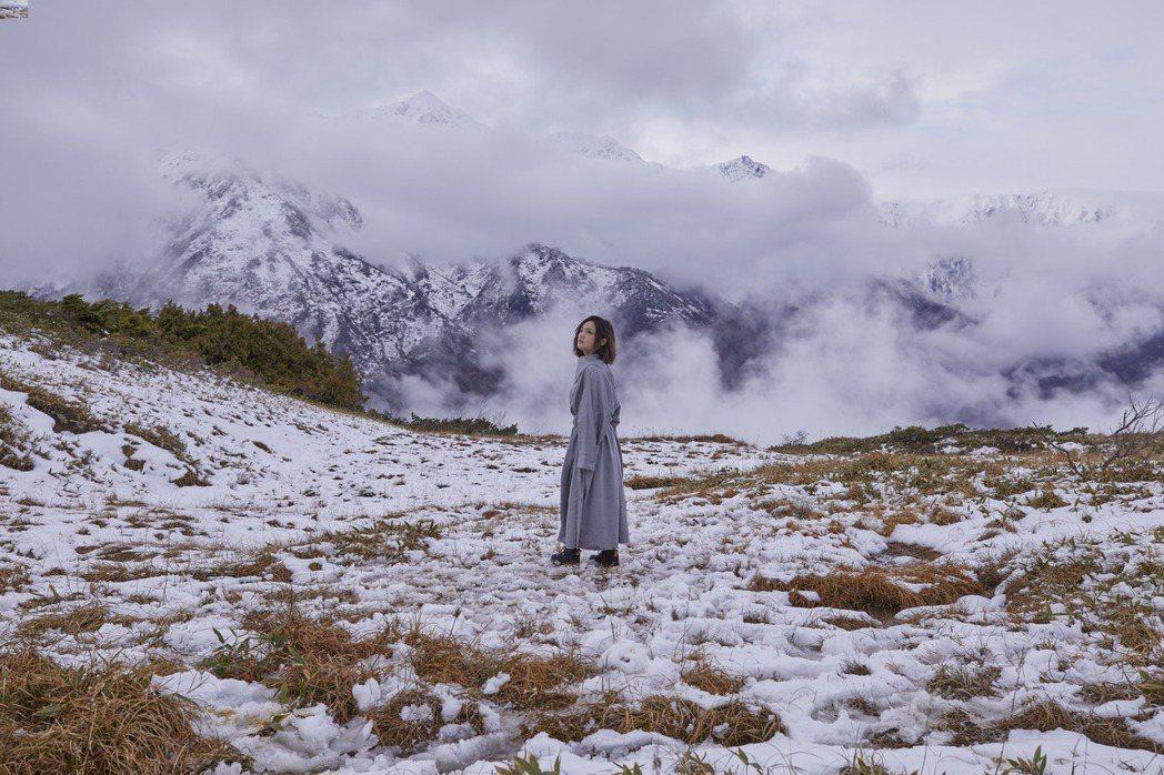 徐佳瑩遠赴日本長野縣松本北阿爾卑斯山地區拍攝MV。圖/亞神音樂提供