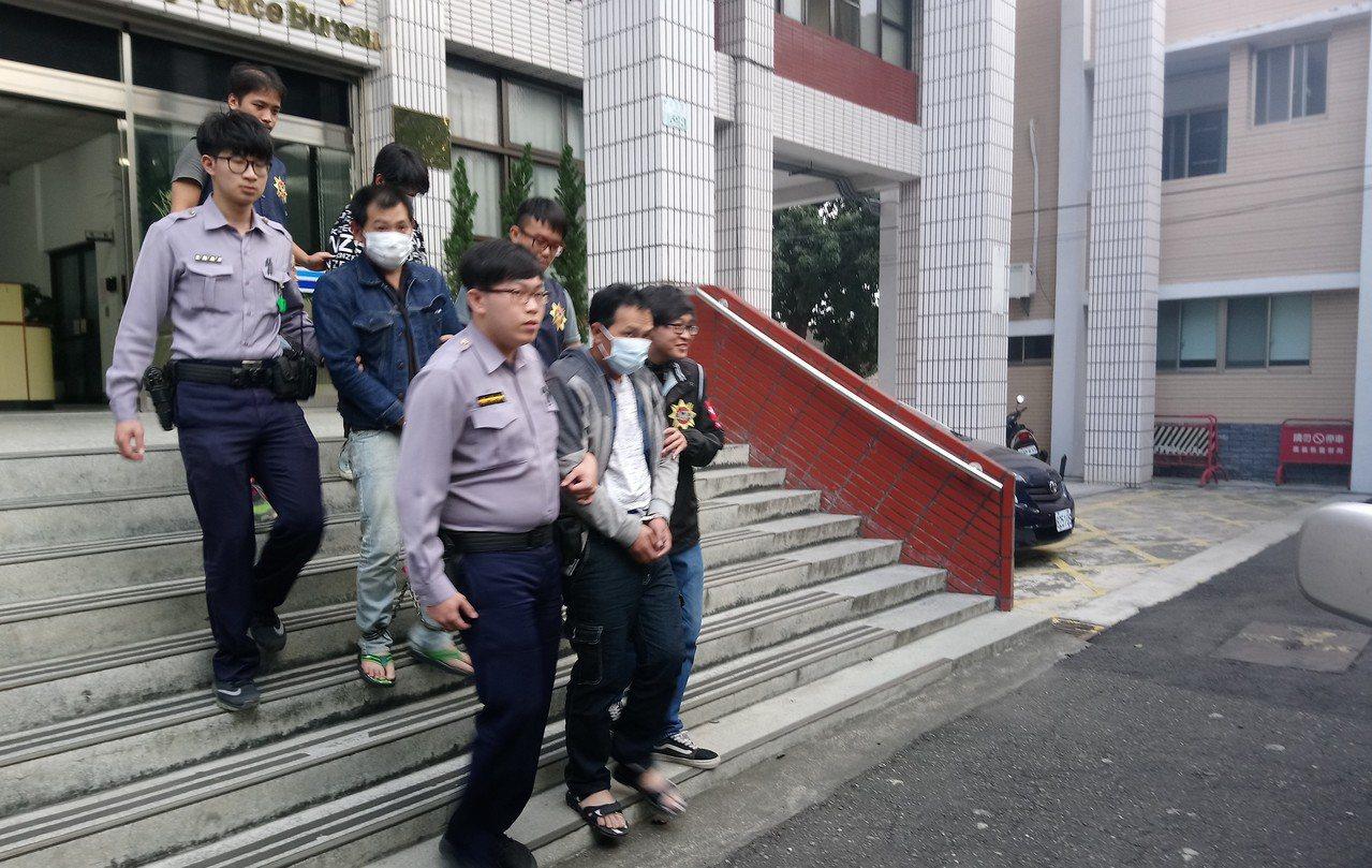 大學畢業的劉女(右最後1名)因陪男友南下,昨天被警方帶回偵訊。記者卜敏正/攝影