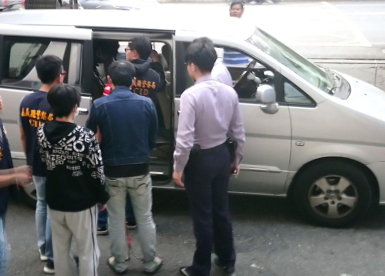 大學畢業的劉女(最後1名)因陪男友南下,昨天被警方帶回偵訊。記者卜敏正/攝影
