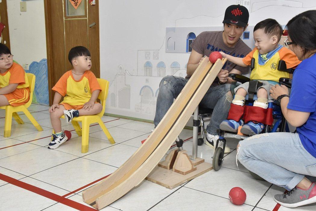 王力宏和「寶貝潛能發展中心」的小朋友互動。圖/福茂提供
