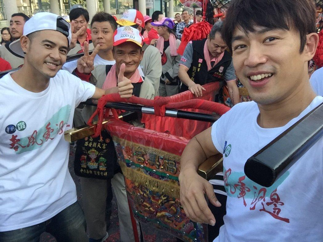 黃玉榮(左)、李政穎抬媽祖鑾轎。圖/華視提供