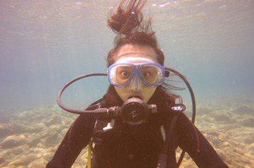 文雨非結束長達5個月拍攝期的「終極一班5」後,開始迷上潛水,為此還跑到恆春上課、考取執照,到沖繩旅遊時也不忘展現潛水新技能,至於女星最擔心的曬黑問題,文雨非很坦然,表示:「我把自己曬黑,因為我不希望...