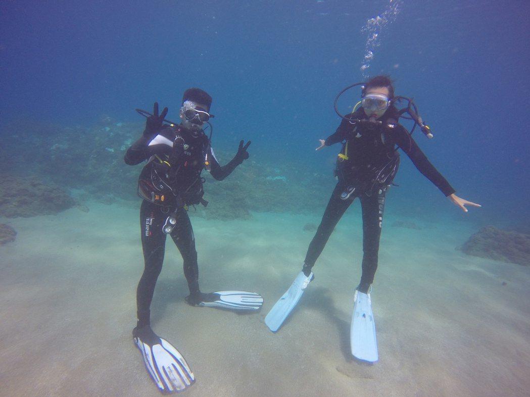 文雨非(右)迷上潛水。圖/可米提供